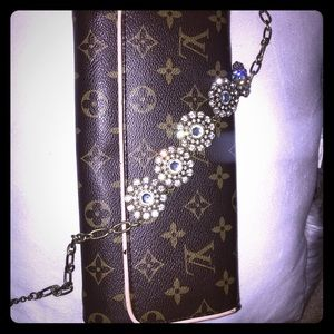 LV clutch, where and tear reflect price